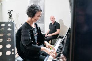 Akiko Okabe spielt vor Komponist Christoph Ogiermann in Halberstadt (Foto: Joachim Blobel)