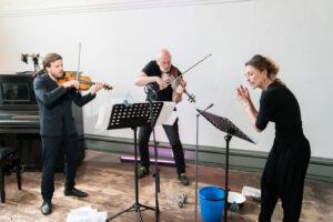 "Sopranistin Sarah Maria Sun und Geiger Ludwig Faust spielen ""Kassiber"" mit Komponist Christoph Ogiermann (Foto: Joachim Blobel)"
