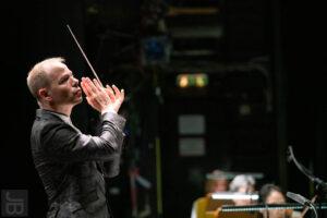 """Dirigent Michael Wendeberg im Konzert """"Panorama Ciego"""" mit der Staatskapelle Halle (Foto: Joachim Blobel)"""